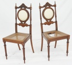 Par de cadeiras coloniais em madeira nobre , encostos vazado e acolchoado, assentos em palhinha ( alguns defeitos e 1 com palhinha no estado ). Medidas 98 x 44 38 cm. cada.