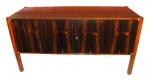 """SERGIO RODRIGUES. """"LUCIANA"""".  Comoda em compensado folheado de madeira de lei e com pés maciços, med. 84 x 160 x 59 cm"""