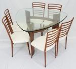 JOAQUIM TENREIRO. Conjunto em jacarandá, mesa com tampo de cristal e 6 cadeiras com encostos ripados e assentos estofados na cor branca. Medidas: mesa 80 x 125 x 125 cm, cadeiras 88 x 45 x 42 cm cada.