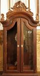 Oratório  Dom José , em jacarandá ricamente entalhado, com porta de vidro com espelho de chave em marfim, tendo na parte interna  1 gaveta, encimado por florão . Brasil. Século XVIII . Medidas 150 x 69 x 33 cm.