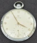 Relógio de bolso suiço da marca CYMA cromado com ponteiros e números  em dourado (possivelmente ouro).