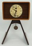 Relógio de mesa em madeira , anos 60/70 (no estado). Alt. 21 cm.