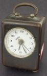 Relógio de viagem em metal com mostrador esmaltado na cor branca (no estado). Alt. 8 cm.