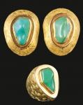 Conjunto em ouro, par de brincos e anel com pedra verde atribuído a Burle Marx