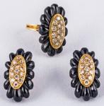 Conjunto de anel e par de brincos em ouro, ônix e brilhantes, peso total 28 gr