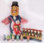 Lote de arte popular nordestina, sendo  Mamulengo, escultura de músicos  e 6 garrafinhas de areia colorida. Preço de avaliação R$ 250,00