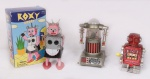 Lote c/ 3 robôs em metal e plástico, anos 80, medidas 15x9 cm. Preço de avaliação R$ 300,00