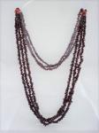 Semi-jóia - Colar com 3 fios, em granada e duas contas laranjas, medindo 80cm.