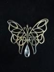 Pingente borboleta extra grande vazado com pingente de pedra transparente no formato de gota. Medidas 7 x 8,5cm.