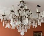 Lustre em bronze e cristal de rocha/quartzo na cor branca , com 10 braços e 15 luzes. Medidas. 110 x 120 cm.