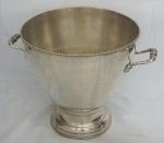 Imponente bowl  em metal espessurado a prata com duas alças trabalhadas . Medidas 34 x 35 cm.