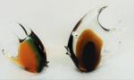 Dois peixes em cristal de Murano, multicoloridos. Medidas 24 x 17 cm e 18 x 20 cm.