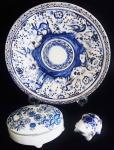 Lote composto de, medalhão em cerâmica vitrificada, diâmetro 37 cm, porta joias em cerâmica 9 x 18 cm e escultura em porcelana Delft Holanda representando sapo, medida 12 x 9 cm, total 3 peças.