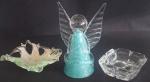 Lote composto de, esculta em vidro de murano representando anjo, altura 21 cm e 2 cinzeiros um em vidro, medidas 12 x 12 cm e 14 x 14 cm, total 3 peças.