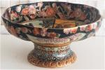 Centro de mesa em porcelana chinesa Satsuma, decorado com figuras e flores, medidas altura 13 cm e diâmetro 26 cm.