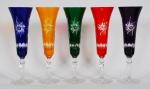 Conjunto de 5 taças em cristal colorido, lapidados. Alt. 23 cm.