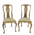 Par de cadeiras em madeira nobre e assentos estofados .Medidas 105 x 50 x 42 cm.