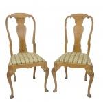 Par de cadeiras em madeira nobre e assentos estafados .Medidas 105 x 50 x 42 cm.