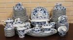 Aparelho de jantar, chá e cafe em porcelana azul e branca, decoração floral, manufatura Roberto Simões composto de: sopeira com tampa, prato para arroz, 2 travessas redondas, 3 travessas ovais, 12 pratos rasos, 12 pratos fundos, 24 para sobremesas/bolos, 2 bules, leiteira (com bicado), açucareiro com tampa, manteigueira (com bicado), 11 xícaras para cafe com 12 pires e 12 xícaras para chá com 11 pires, total 106 peças.