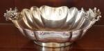 Centro de mesa em metal espessurado a prata, pegas no formato de conchas. Medida 10 x 33 x 22 cm.