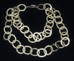 Colar em metal dourado decorado c/ argolas, pontos de desgaste de tempos, med 47 cm (bijuteria)