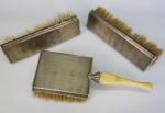 Conj. De 3 escovas em prata contrastada 925 mls, cerdas sintéticas, montada em madeira, 1 delas co/ pegas em marfim, med 17x5 cm, 17x5 cm e 22x8 cm, peso total 430 gr