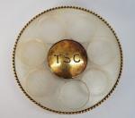 Porta pílula em acrílico e metal plaqueado a ouro, med 4 cm de diâmetro, peso 20 gr