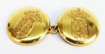 Par de abotoaduras em ouro decorado c/ brasão, peso total 13.1 gr