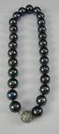 Gargantilha em pérolas negras sintéticas, fecho em metal prateado e strass, med 19 cm fechado (bijuteria)