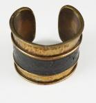 Bracelete em metal dourado
