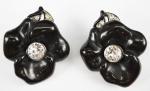 Par de brincos de pressão, metal prateado e material sintético preto, marca Kennth Lane (bijuteria)