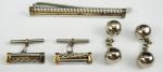 2 pares de abotoaduras em metal prateado e um prendedor de gravatas