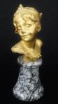 RAOUL LARCHE . Escultura em bronze, representando Menina. Assinado e numerado. Base de mármore. Alt. total 20 cm.