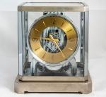 Relógio de mesa Suíço JAEGER - Lecoultre modelo Atmos, corda de 1000 dias, motor continuado. Medida 24 x 20 x 16 cm.