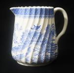 Leiteira em porcelana inglesa London, azul e branca, decorada com paisagem. Altura 12 cm.