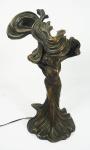 Belíssima luminária art nouveau em bronze patinado, representando figura feminina, para uma lâmpada, cúpula em pasta de vidro. Altura 32 cm.