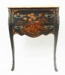 Mini cômoda francesa estilo Louis XV, ornamentada por painéis em laca chinesa com adornos em bronze, tampo de mármore. Medida 72 x 64 x 32 cm.