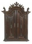 Oratório D.José , em jacarandá, ricamente entalhado, interior forrado em tecido. Brasil . Século XVIII. Medidas 87 x 69 x 29 cm.