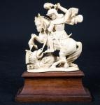 São Jorge em marfim sobre madeira med. total 15 cm