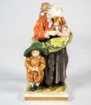 Itália/Nápoles - Grupo escultórico em porcelana policromada rep. Mãe e filhos med. 15 cm