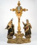Conjunto de imagens  em madeira policromada e dourada, composto de dois santos  , medindo 30 cm cada, um crucifixo com Cristo , medindo 55 cm e peanha , medindo 41 x 43 cm.