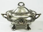 Imponente sopeira em prata portuguesa, decorada com concheados e volutas,  medindo 30 cm x 42 cm x 26 cm. Peso aprox. 3,410 g.