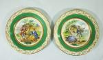 Par de pratos em porcelana LIMOGES, com cenas românticas, med. 19 cm de diâm.