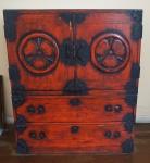 Móvel Japonês em madeira  com 2 módulos de viagem, laqueados e com adornos em ferro, sendo 1 deles com 2 portas e o outro com 2 gavetas (1 das gavetas sem alça), medindo 103 x 88 x 40 cm.