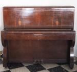 """Piano armário """"LUX"""" Rio de Janeiro, em madeira folheada em rádica, medindo 130 x 144 x 62 cm. (não testado). OBS: RETIRADA POR CONTA DO COMPRADOR NO GRAJAÚ, AGENDADO."""