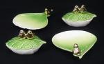 4 peças em cerâmica verde e branca, sendo 2 saboneteiras e 2 porta jóias em formato de folha c/ tampa, decorados com de pássaro em dourado, medindo 18 e 14 cm
