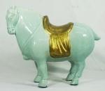 Estatueta em porcelana policromada, representando um cavalo oriental, medindo 41x50 cm