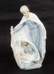 Grupo escultórico em porcelana policromada, representando Sagrada Família. Alt. 26 cm.