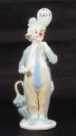 Estatueta de porcelana policromada representando Palhaço. Alt. 28 cm.