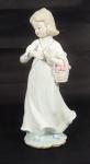 Estatueta de porcelana policromada representando Menina com Pássaro. Alt. 30 cm.